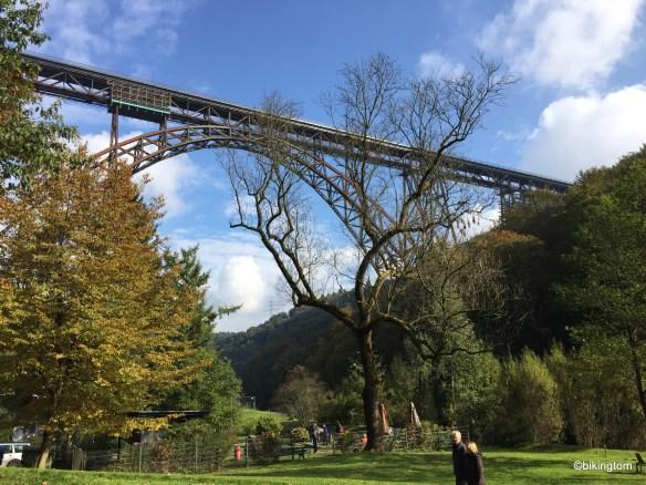 Die Müngstener Brücke hoch über der Wupper.