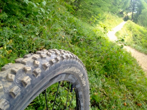 """Selon les analyses en laboratoire du magazine Bike (Allemagne), dans le terrains, la taille des crampons n'est de loin pas l'élément qui """"freine"""" le plus le roulement du pneu."""