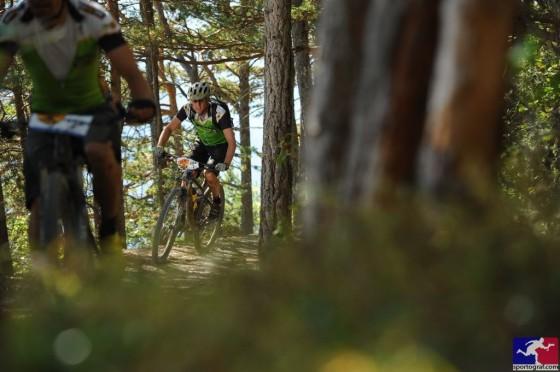 Sur les bisses parsemés de racines, le tout suspendu permet de passerait sans trop se fatiguer et sans prendre de risques inutiles. Photo Sportograf.com