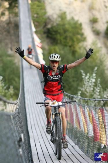 Un moment intense: la traversé du pont bouthanais, à Susten, lors de la 2e étape, en boucle autour de Leukerbad. Photo Sportograf