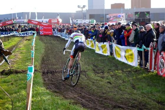 Van der Poel, en démonstration dans sa tenue de champion du monde.