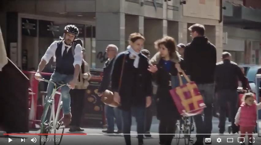Vélo dans une zone piétonne (pas forcément interdit selon les zones en question). Mais les piétons ont la priorité, c'est certain.