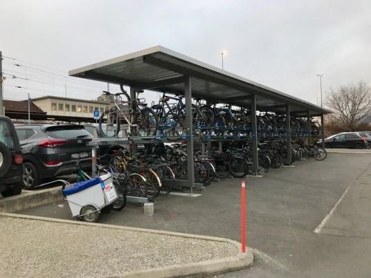 De la place pour 70 véo en gare de Sion.