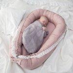 Niemowlę śpiące w kokonie