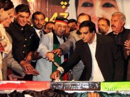 @Zardari_Khapay Former President & PPP Co-Chairman #AAZ cutting cake to mark 47th #PPPFoundationDay at Bilawal House Lahore