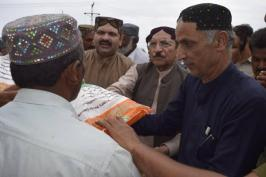 @mehran_narejo #CMSindh along with his cabinet ministers delivering ration bags to Flood troubled ppl at QadirPur Loop Band #Ghotki 2