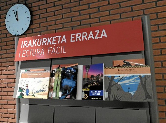 Como en el Azkuna Zentroa (en la imagen), la Biblioteca Foral también cuenta con libros específicos de lectura fácil. FOTO: Archivo