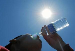 Beber agua sin esperar a tener sed es uno de los consejos para hacer frente a las altas temperaturas.
