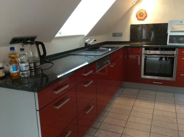 Große, Rote Küche Mit Neff Elektrogeräte Und Granit