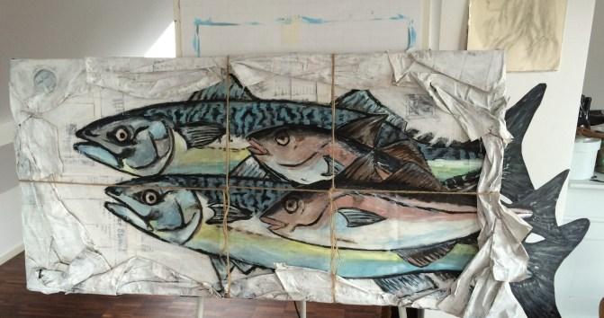 Vier Fische in Zeitungspapier
