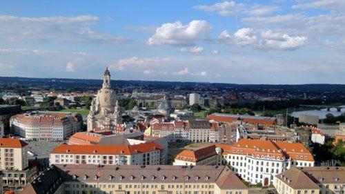 Die Neustadt liegt in der Ferne, wenn man vom Rathaus guckt.