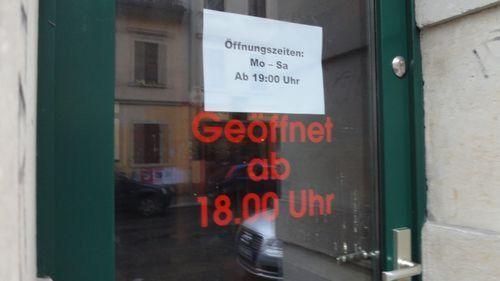Verwirrende Öffnungszeiten - gesehen auf der Louisenstraße