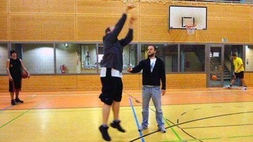 Springen, werfen, treffen - Basketball in der Turnhalle der 15. Grundschule
