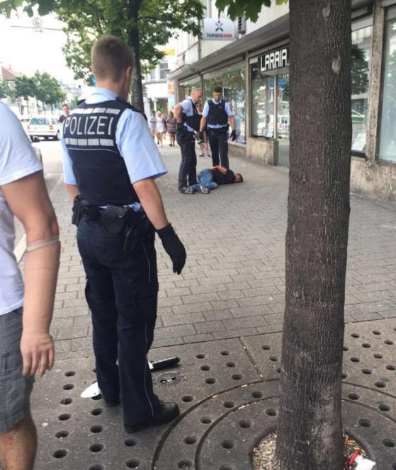Asesinato con un muerto y dos heridos en Reutlingen! Un hombre, el presunto autor es, en el fondo esposado en el suelo. En el piso del machete es