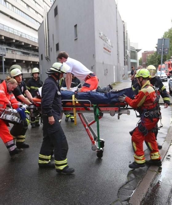 Ein Sanitäter hockt auf der Trage und reanimiert den Vater