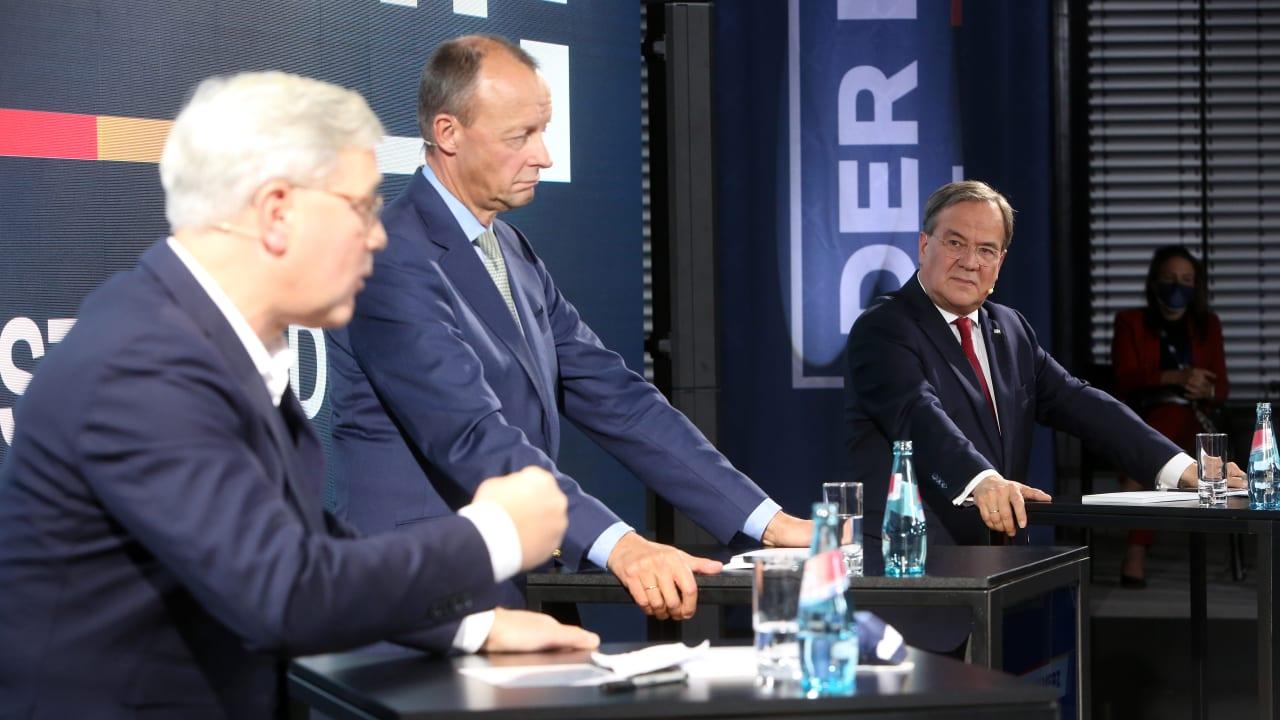 Norbert Röttgen spricht, Friedrich Merz und Armin Laschet denken nach