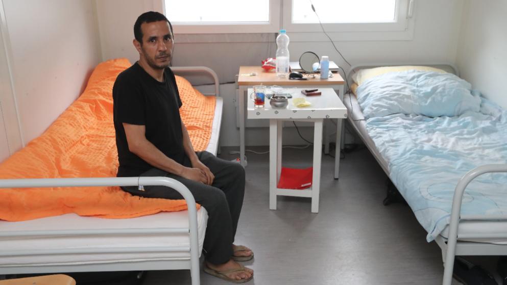 Samea Nemr (42) sitzt in der Flüchtlingsunterkunft in Hamburg-Langenhorn auf einem Bett. Er kannte den Messer-Attentäter