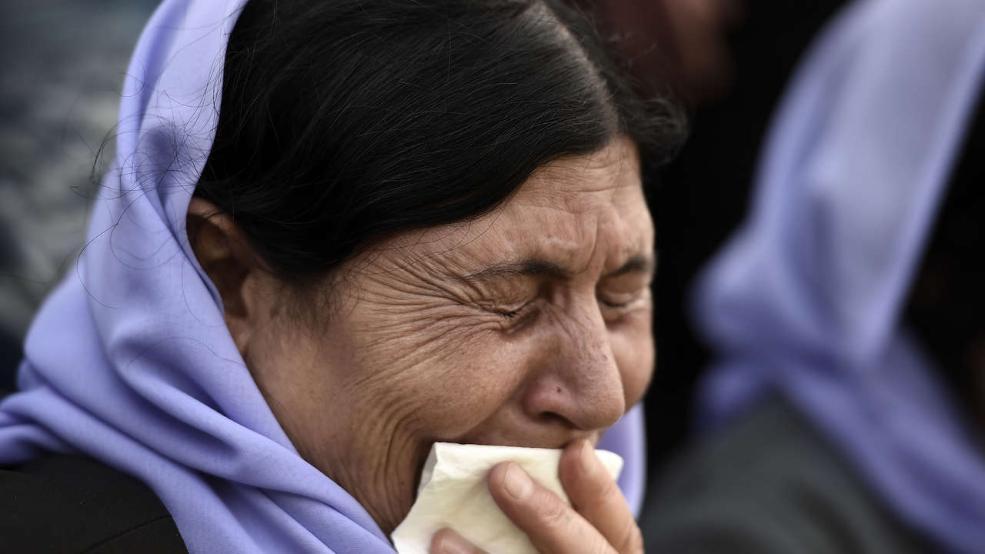 Eine Jesidin in Hannover weint, als sie vom Tod ihrer Tochter im Irak erfährt