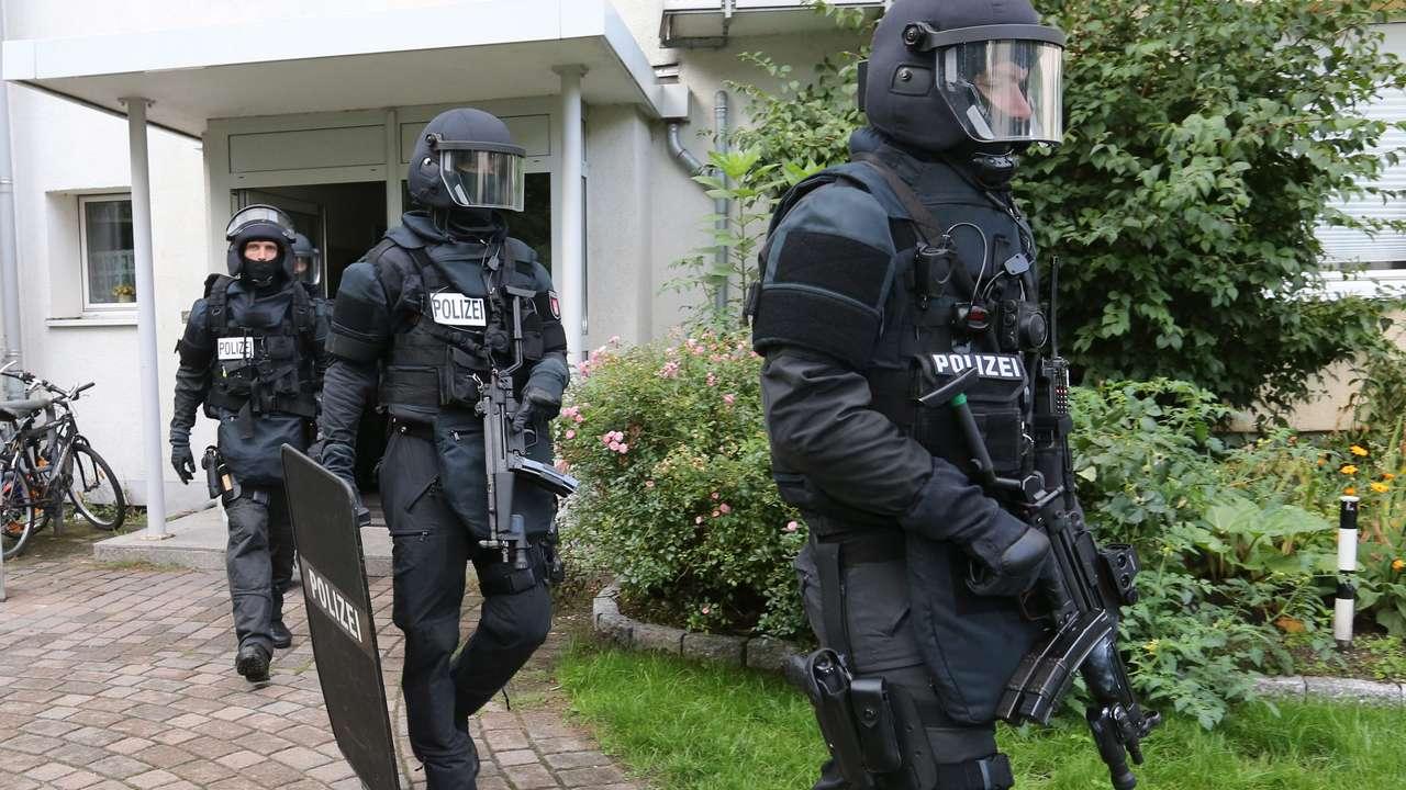Vier Mnner abgefhrt MEK strmt Wohnung in Hamburg