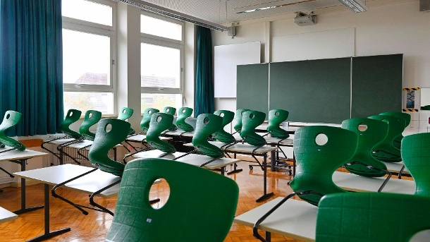 Empty classroom: Students and teachers have to stay at home for two weeks from now on (symbol image).  (Source: imago images / imagebroker)