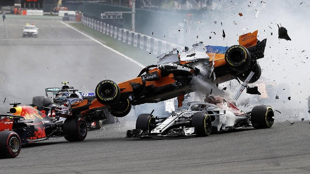 Critical scene in Belgium 2018: Alonso flies on Charles Leclerc's Alfa Romeo.  (Source: imago images)