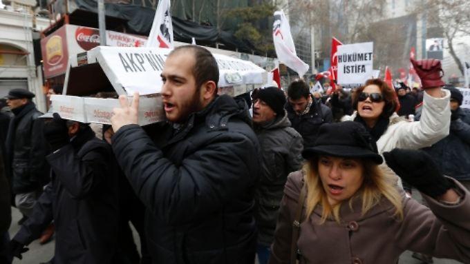 Demonstranten tragen einen aus Schuhkartons gebauten Sarg - Symbol für das in Schuhkartons transportierte Schwarzgeld.