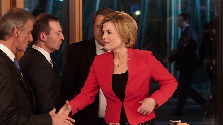 In Mainz gibt Julia Klöckner dem AfD-Spitzenkandidaten Uwe Junge die Hand.