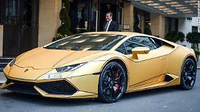 Vor dem noblen Dorchester Hotel in London macht sich der goldene Lamborghini Huracán gut.