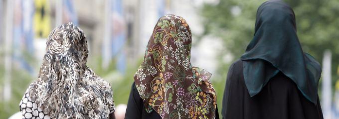 Bisher ist es muslimischen Lehrerinnen strikt untersagt, im Unterricht ein Kopftuch zu tragen - mit Ausnahme des Religionsunterrichts.