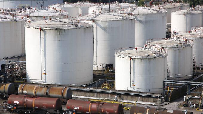 Die Öllager weltweit sind derzeit gut gefüllt - es herrscht ein Überangebot am Markt.