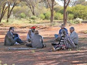Professor Eske Willerslev (l.) im Gespräch mit Aborigine-Ältesten in der Region Kalgoorlie in Südwest-Australien.