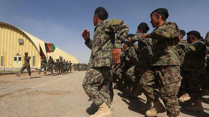 Seit dem offiziellen Ende der Nato-Kampfmission ist das Bündnis noch als Ausbilder für die afghanische Armee tätig. Die Afghanen übernahmen 2015 die Sicherheitsverantwortung im Land.