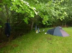 Nachtlager Nr. 2- eine Wiese vor einem verlassenen Ferienhaus