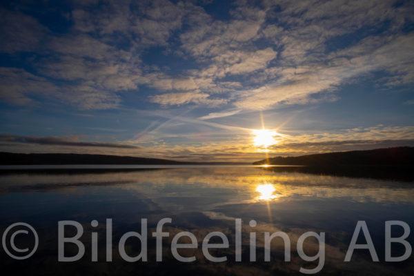 Solnedgång i spegelblank sjö