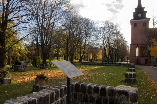 Här vid grunden efter Brukets första kyrka utspelar sig en av Sjödins dikter.
