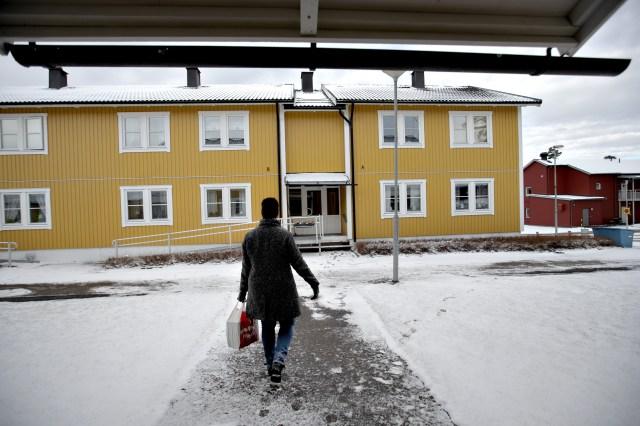April. Snabbt började vi/människor/samhället hitta lösningar så bokläsarna fortfarande skulle få böcker att läsa, hungriga skulle få mat, julklappsköparna köpa julklappar osv. Här bär Anna bergström, Järbo bibliotek runt på låneböcker hon lämnar utanför lånares dörrar.