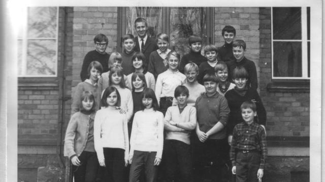 Semis klass 6 samma läsår de gick ut 1966. Britt-Inger Edvardsson står på näst-nedersta raden, tvåa från vänster med handen på axeln på flickan framför. Peter Nyhlén är fyra från vänster på raden längst fram. En har för övrigt bytt namn från Sven till Ragnar. Bild: Privat.
