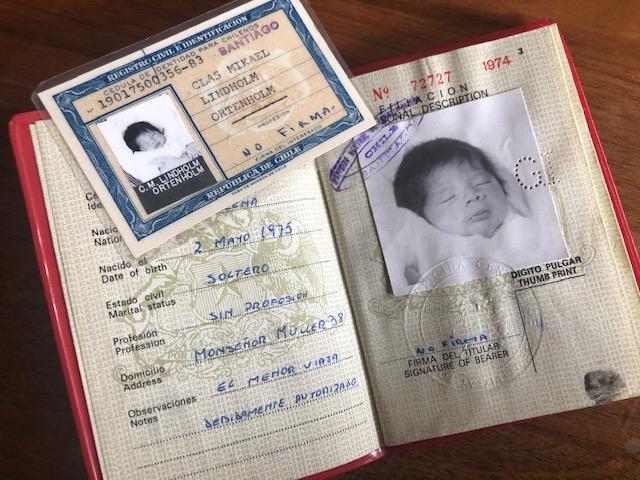 Claes Lindholms pass har samma adress som Iris.