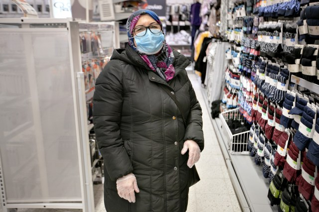 April. Shahnaz Molla var den första jag mötte som bar ansiktsmask, så här i december har det blivit en vanlig syn. Shahnaz berättade att hon använder ansiktsmask och plasthandskar när hon handlar mat.
