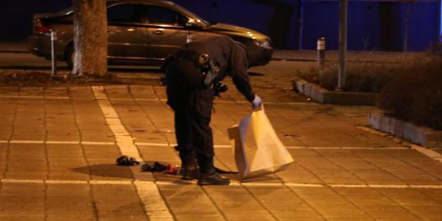 Polisens tekniker undersökte platsen för det misstänkta mordförsöket i tisdagskväll. Foto: Roger Nilsson