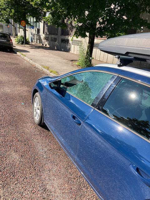 Ytterligare en bil som krossades. Den var parkerad framför Johans bil.