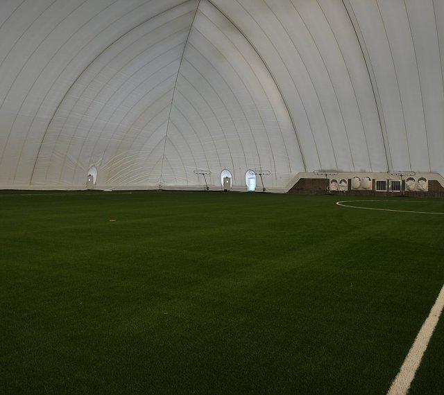 I en övertryckshall är belysningen riktad mot taket. Den vita insidan lyser sedan upp hallen. Foto: Karlstad airdome.