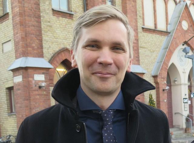 Regionrådet Fredrik Åberg Jönsson, V, är inte redo än att besluta om extraersättning till personal i covid-19-vården.