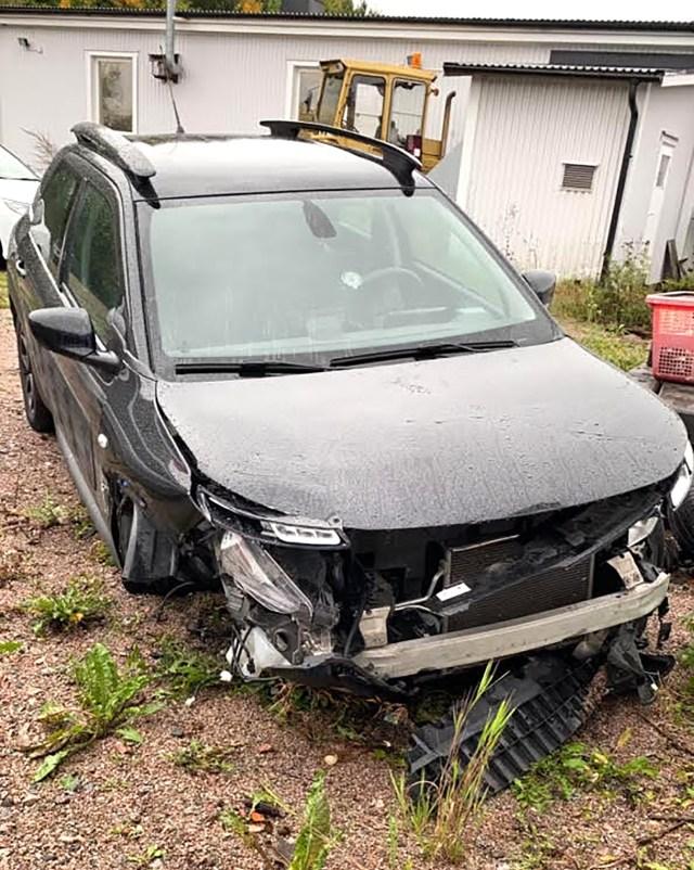 Felicias bil som hon färdades i när hon fick vattenplaning på E4 mellan Tierp och Mehedeby. Bild: privat