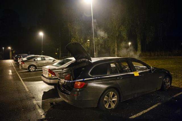 Natten mot tisdag brann flera bilar i Sätra.