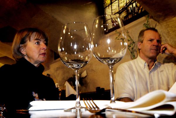 """18 november 2003: Restaurang Skeppet har rökfritt. Inget blossande här. Restaurang Skeppet, som öppnade igen för en och en halv vecka sedan, har helt rökfritt. """"Rökarna går självmant ut"""", säger Karin och Peter Henriksson. Karin och Peter Henriksson äger restaurangen Skeppet som i juli begärdes i konkurs, något som nu har beviljats. Paret har haft en utdragen tvist med sitt försäkringsbolag som nekat paret pengar till en återuppbyggnad av restaurangen efter den stora branden i fastigheten."""