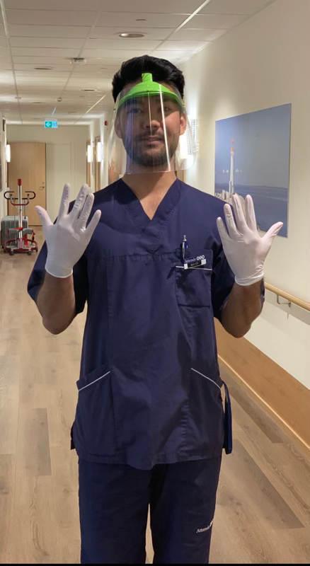 På jobbet använder Mahdi Hosseini visir och handskar i alla kontakter med de äldre. Foto. Privat