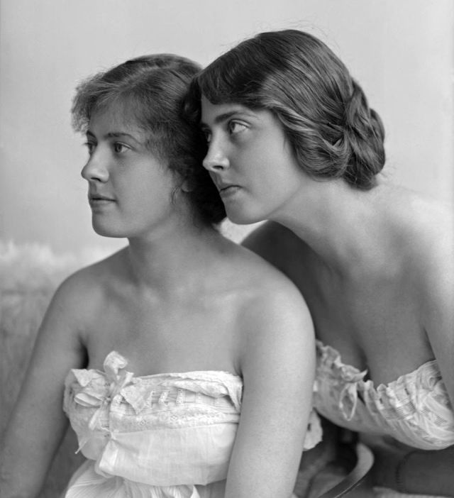 Sju år innan Carin (till höger) träffade Göring porträtterades hon och systern Lillie av Gävlefotografen Berna Rooth. Foto: Gävle kommunarkiv