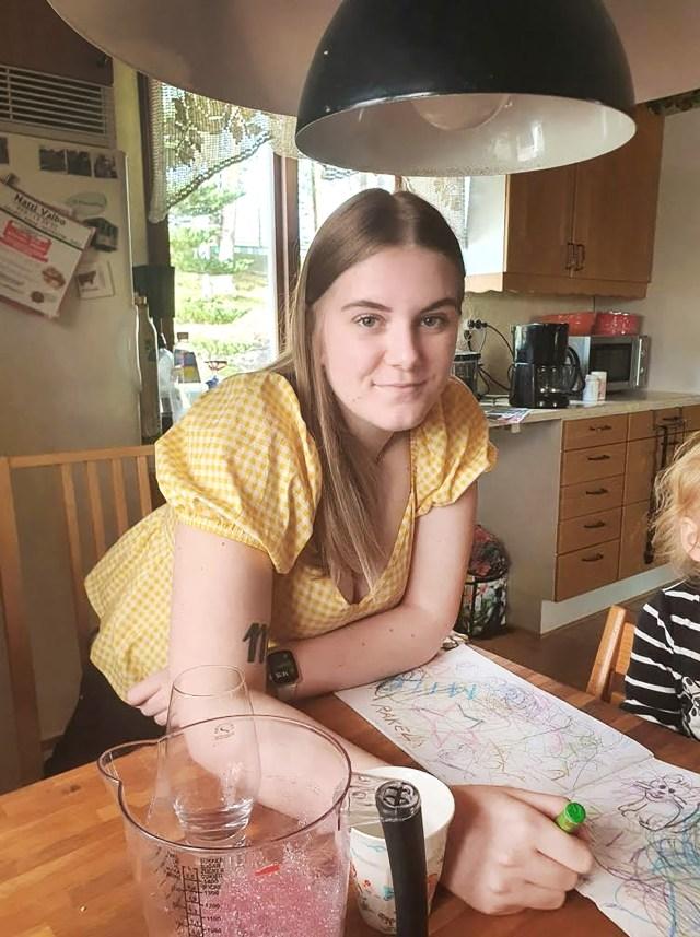 Felicia Engvall är glad att varken hon eller någon annan kom till skada när hon kraschade in i mitträcket med bilen.  Bild: privat
