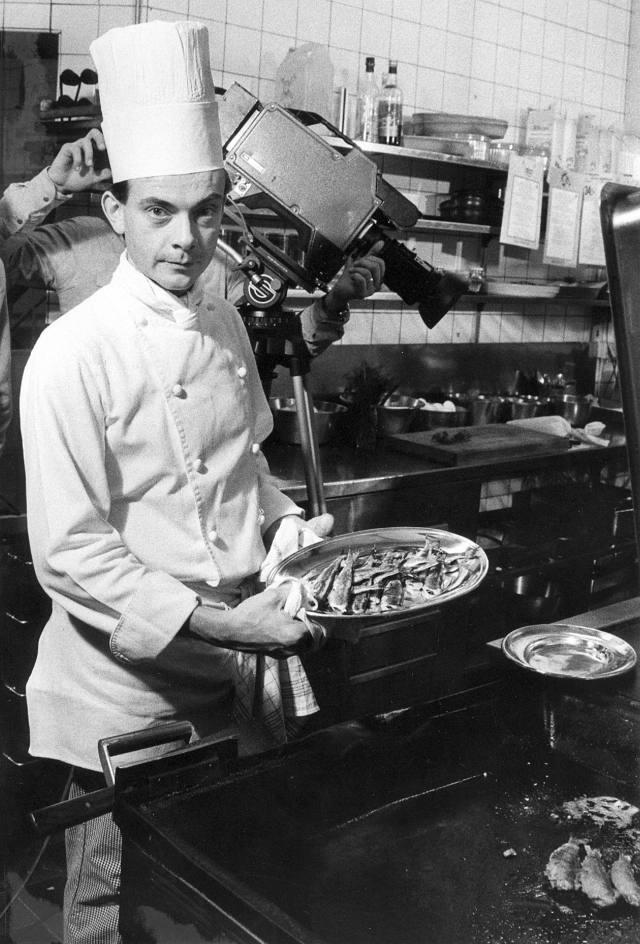 15 november 1983: Tv-inspelning sker i Centralhotellets kök. Sotare står på menyn. Mac Gänger serverar. Bild: Håkan Selén.